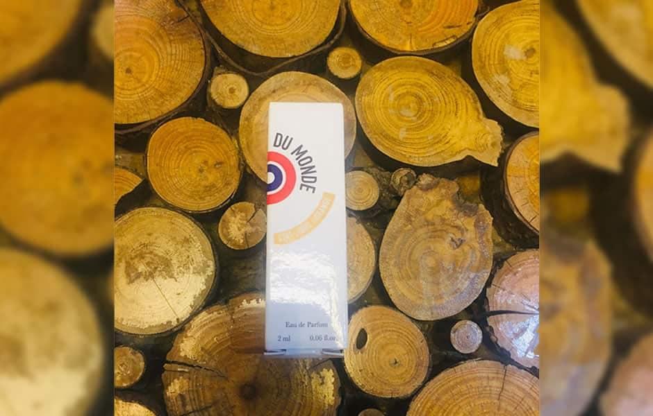 درباره سمپل ات لیبق دوقانژ لفن دو موند (سمپل اتات لیبره د اورنج لا فین دو موند) باید گفت این عطر، رایحه بسیار عجیبی دارد؛ رایحه ای که خاص و تکرار نشدنی است.