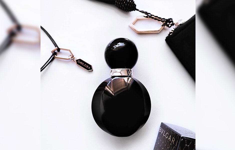 طراحی حرفه ای، شیشه جذاب و مشکی و بسته بندی عطر بولگاری گلدیا د رومن نایت، به جذابیت این عطر افزوده است.