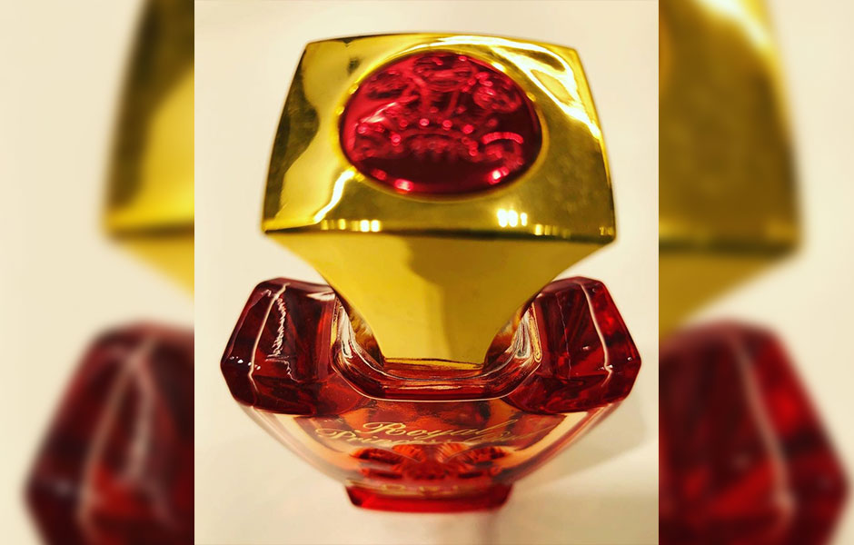 شیشه کرید رویال پرنسس عود زنانه با زیبایی تمام برش خورده و از ظرافت و درخشش خاصی برخوردار است