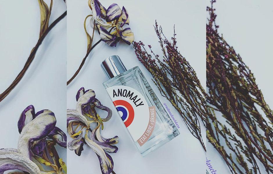 رایحه زنبق به عنوان یک نت گلی در این عطر محسوس است