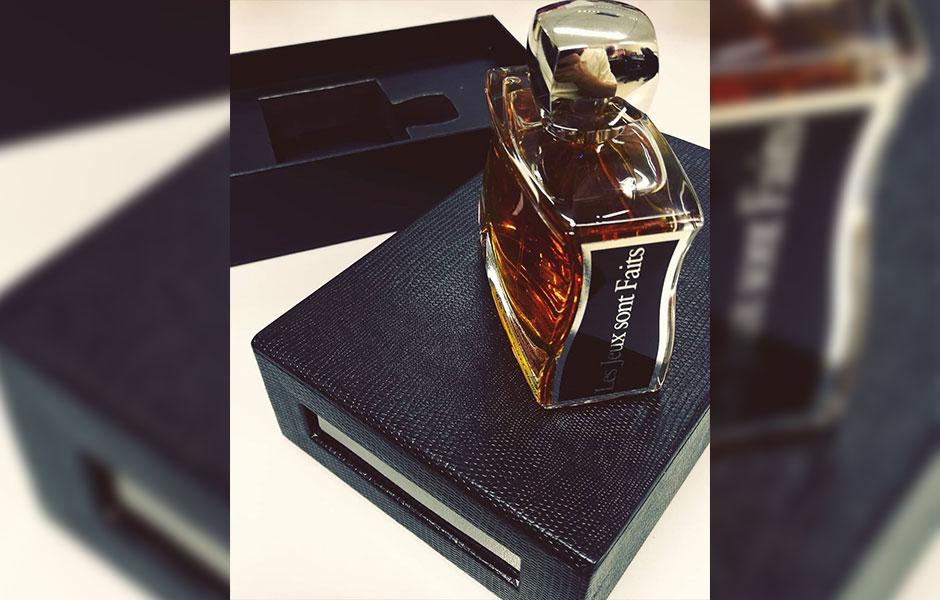 عطر ادکلن جووی له ژو سونت فیتس مردانه (Jovoy Paris Les Jeux Sont Faits)، یکی از محبوب ترین عطرهای برند فرانسوی جووی پاریس است. Jovoy Paris یک خانه عطر فرانسوی است که توسط بلانش آرووی (Blanche Arvoy) در سال 1923 تأسیس شده است.