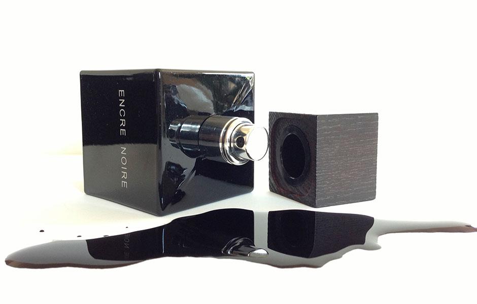 لالیک بلک مردانه (Lalique Encre Noire)، طبع گرم و رایحه ای تلخ دارد.