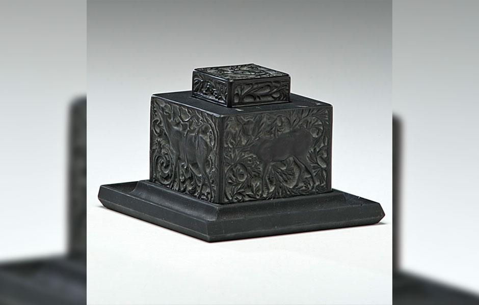 """در طراحی باتل عطر لالیک بلک از طرح بطری دوات یا مرکبدان """"Biches"""" که توسط رنه لالیک (Rene Lalique) در سال 1913 طراحی گردید، الهام گرفته شده است."""