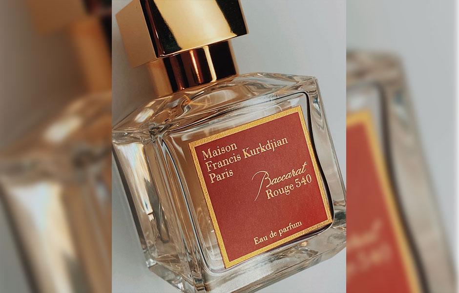 این عطر زنانه و مردانه، عطر بسیار خاصی است که تنوعی از روایح شیرین،گلی، چوبی، ادویخ ای، میوه ای، گورماند و ... دارد.