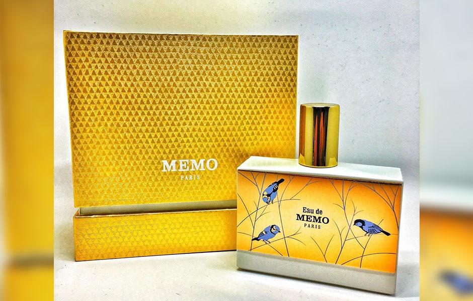 عطری لوکس و نفیس که در یک بسته بندی زیبا و چشم نواز چرمی روشن قرار دارد.