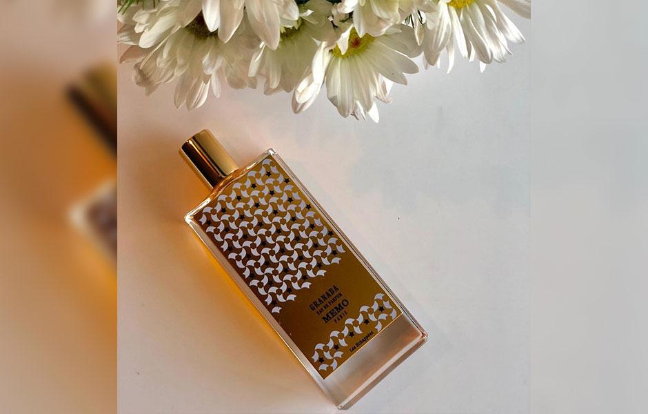 ممو گرانادا یک عطر از گل های سفید که به کمک شکوفه پرتقال، گل یاس و وانیل رایحه شیرینی به شما می دهد.