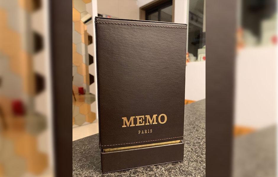 نت پایه عطر اورینتال لدر Memo Oriental Leather میخک، بنزویین، نعناع هندی، چرم و وانیل است که بعد از حدود یک ساعت در فضا پراکنده می شود.