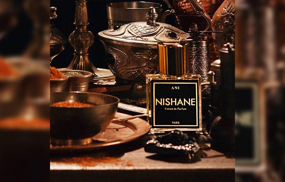 عطر نیشان آنی رایحه ای جذاب و خاص دارد که هم خانم ها هم آقایان می توانند به راحتی و بدون هیچ محدودتی از آن استفاده کنند.