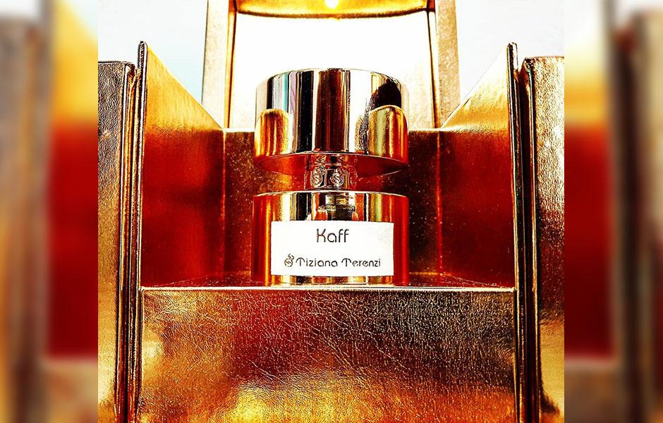 تیزیانا ترنزی کاف، طراحی زیبایی دارد؛ زمانی که جعبه این عطر لوکس را باز می کنید با روشن شدن یک چراغ کوچک سورپرایز خواهید شد.